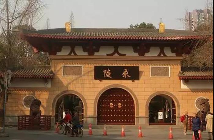 它位于城市中心区,是中国古代帝王陵中唯一的地上陵墓